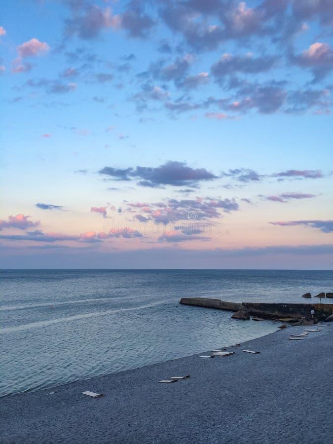 在日落的海滩 海和蓝天与云彩 免版税库存照片