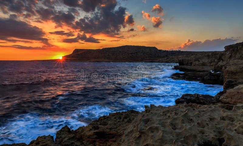 在日落的海角格雷科 ayia早餐塞浦路斯旅馆napa seaview 塞浦路斯 库存图片