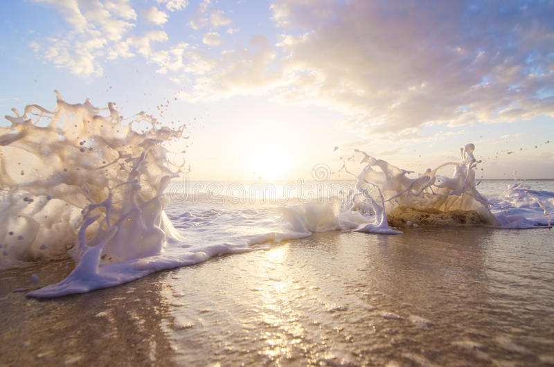 在日落的海飞溅 库存照片
