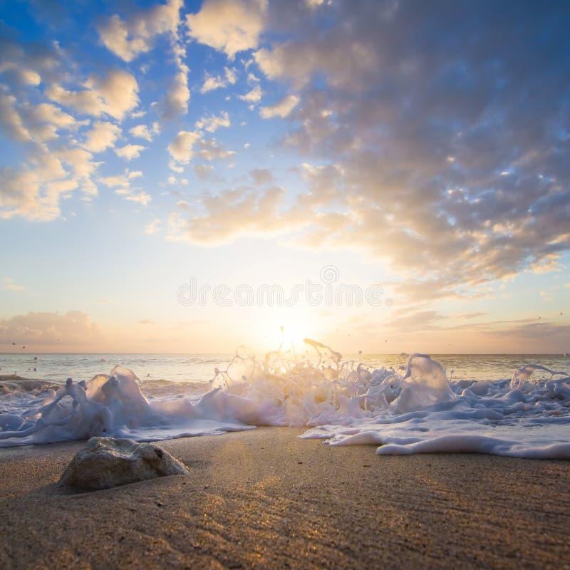 在日落的海飞溅 库存图片