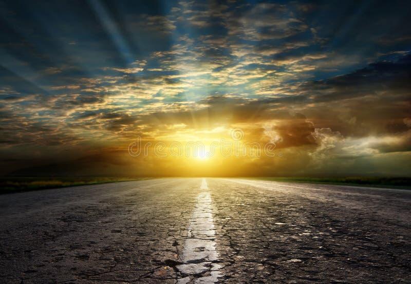 在日落的涂柏油的路 免版税库存照片