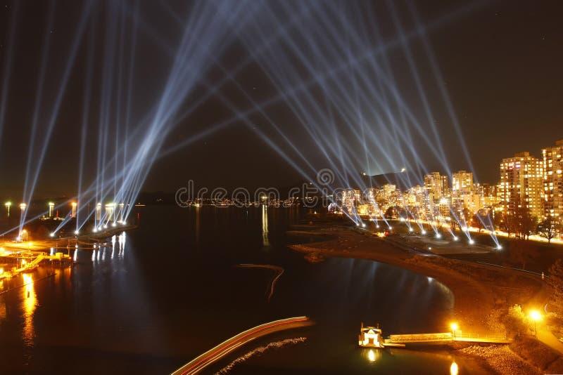 在日落的温哥华英国海湾与聚光灯 免版税库存照片