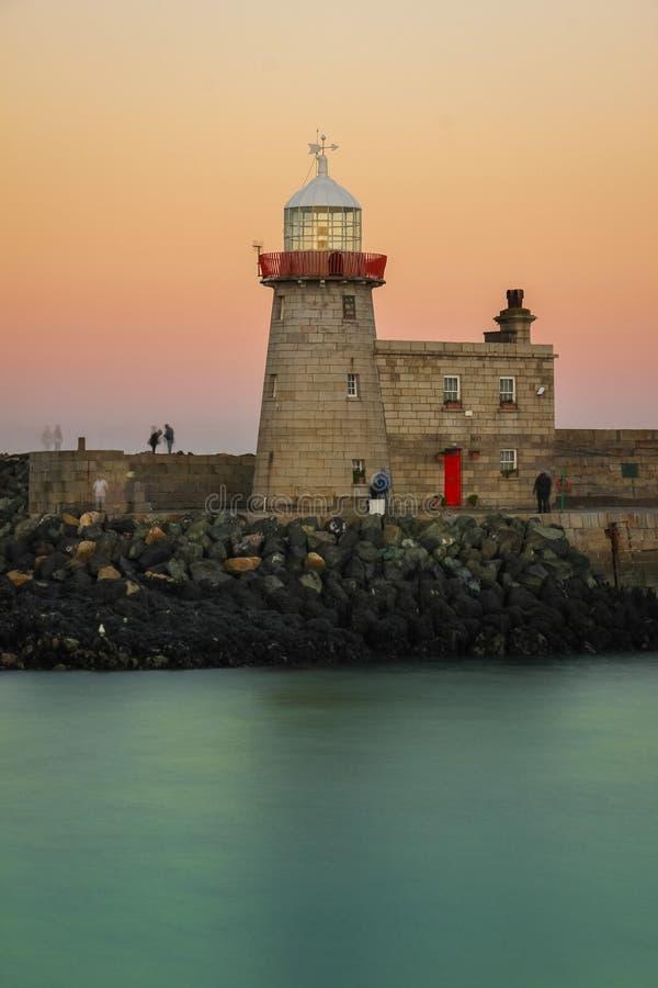 在日落的港口灯塔 Howth 爱尔兰 免版税库存照片
