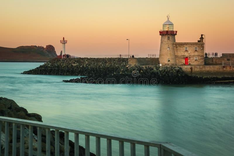 在日落的港口灯塔 Howth 爱尔兰 库存图片