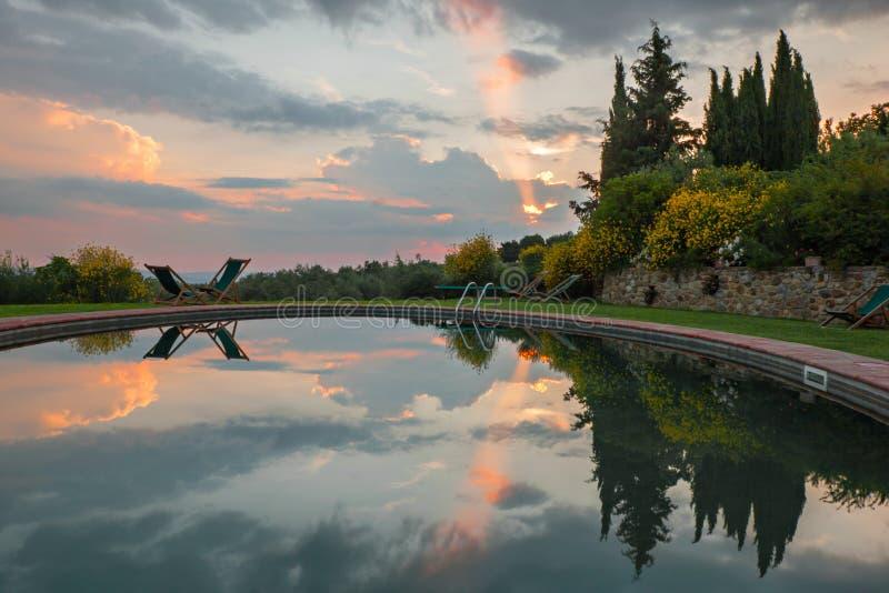 在日落的游泳池 免版税图库摄影