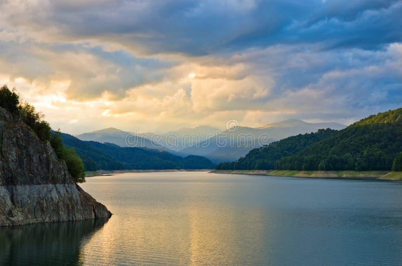 在日落的湖山 库存照片