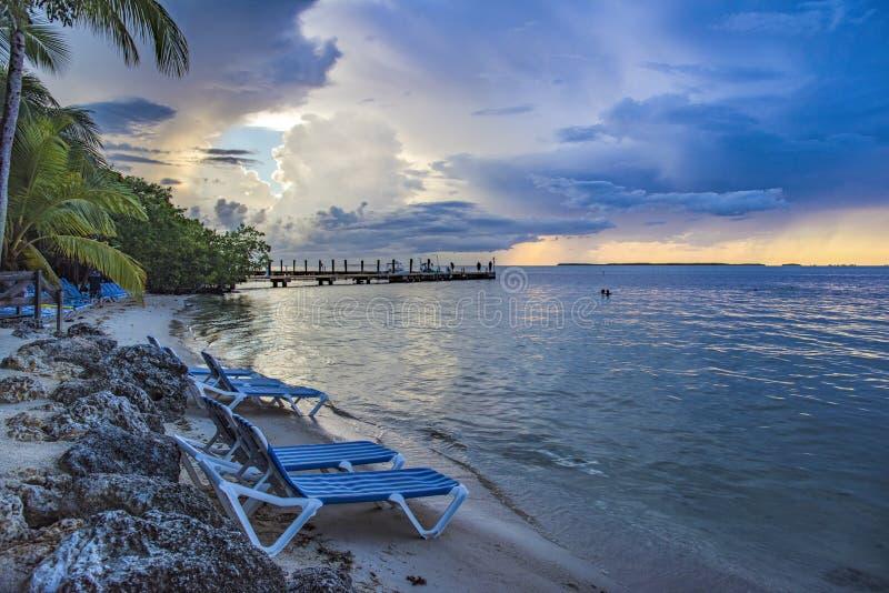 在日落的热带手段小海湾 免版税库存图片