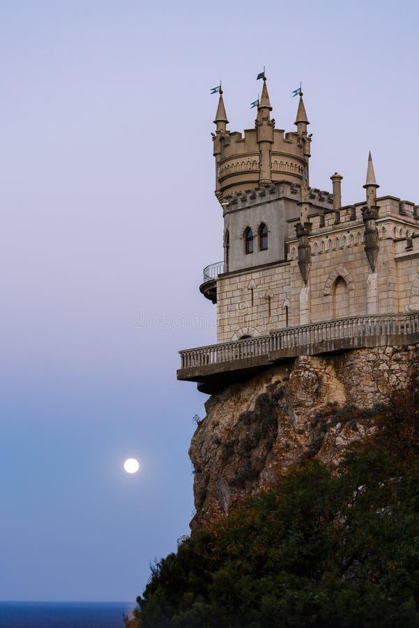 在日落的燕子的巢在月光 免版税库存图片
