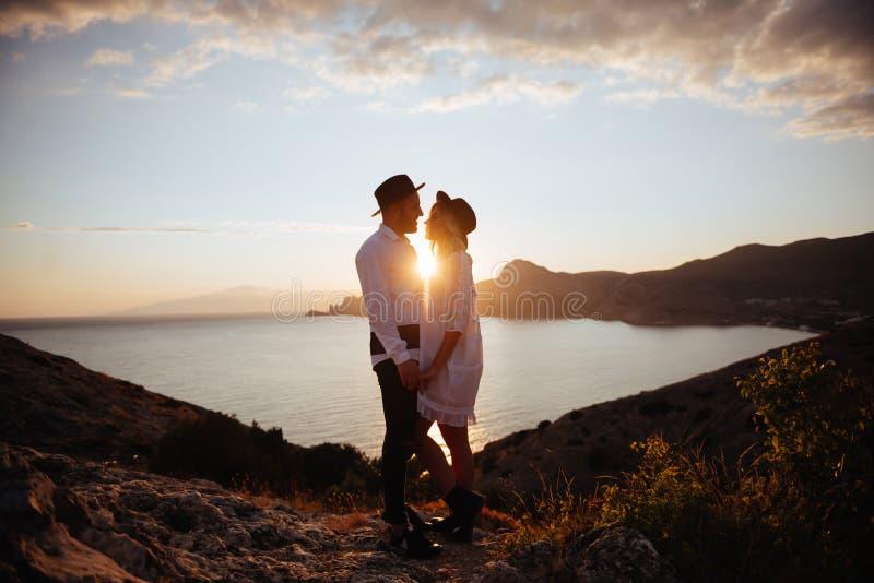 在日落的爱情小说 免版税库存图片