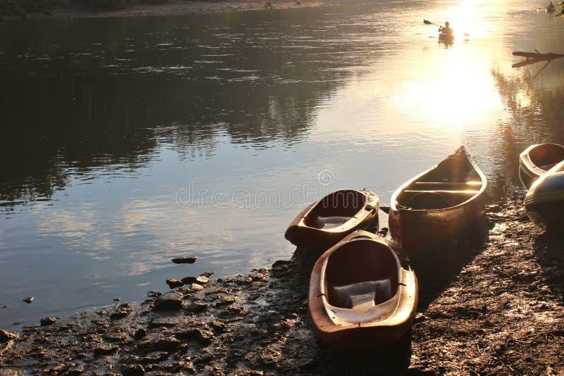 在日落的独木舟 图库摄影