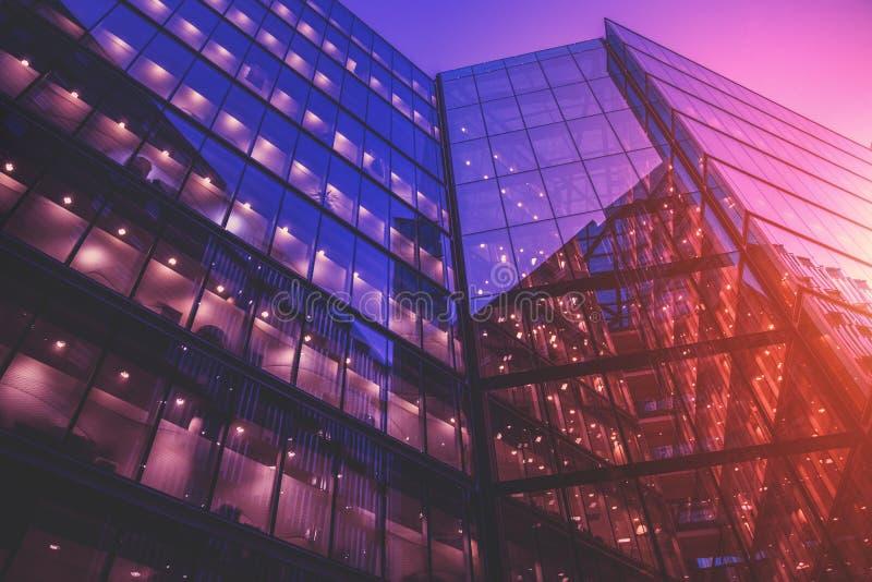 在日落的现代玻璃办公楼 库存照片