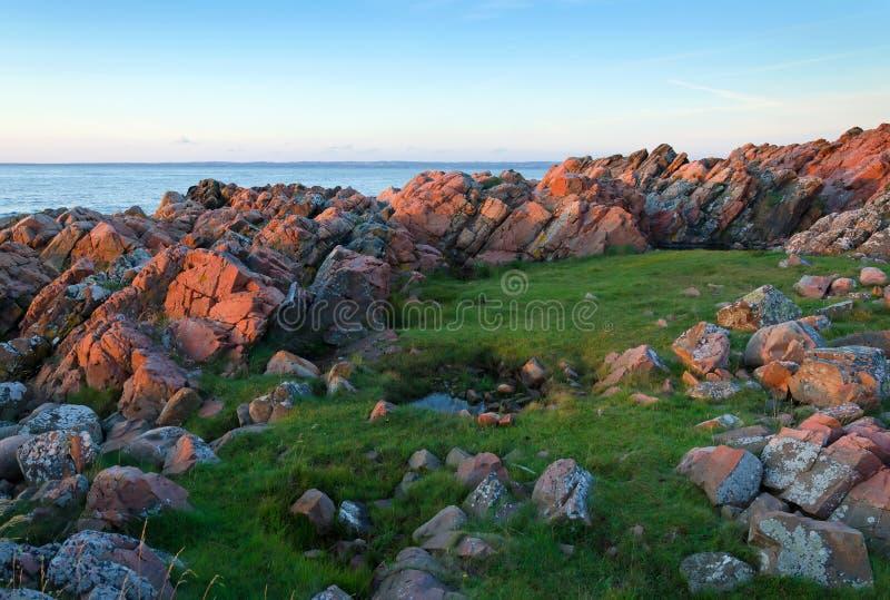 在日落的瑞典岩石海岸 免版税库存图片