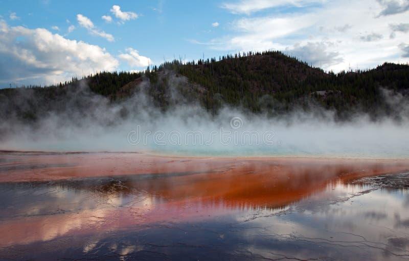 在日落的盛大多彩春天在中途喷泉水池在黄石国家公园在怀俄明 库存照片