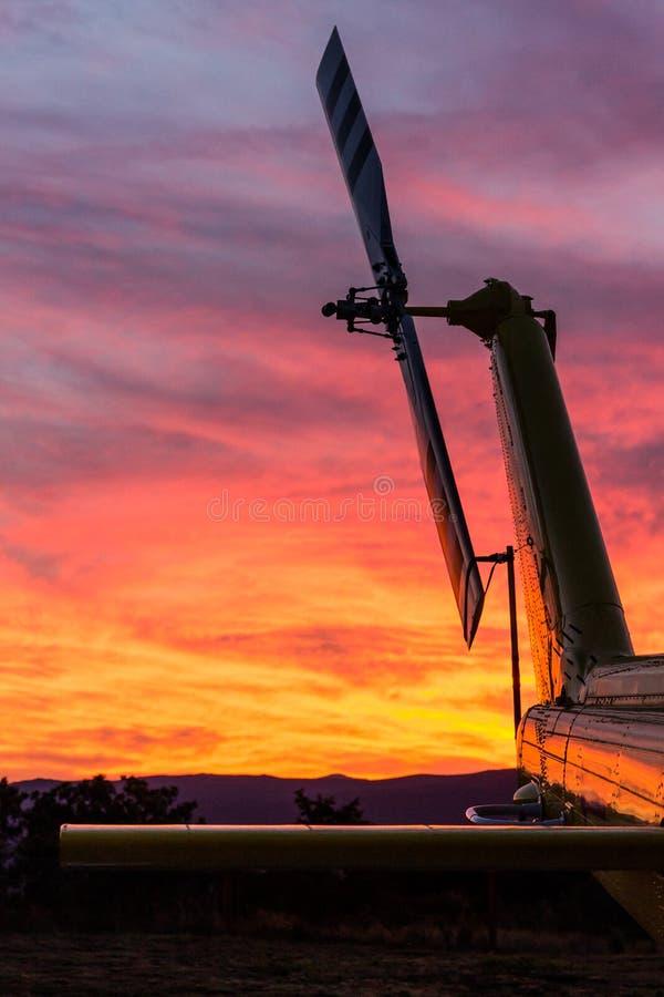 在日落的直升机 库存照片