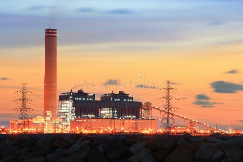 在日落的石油化学工业。 免版税图库摄影
