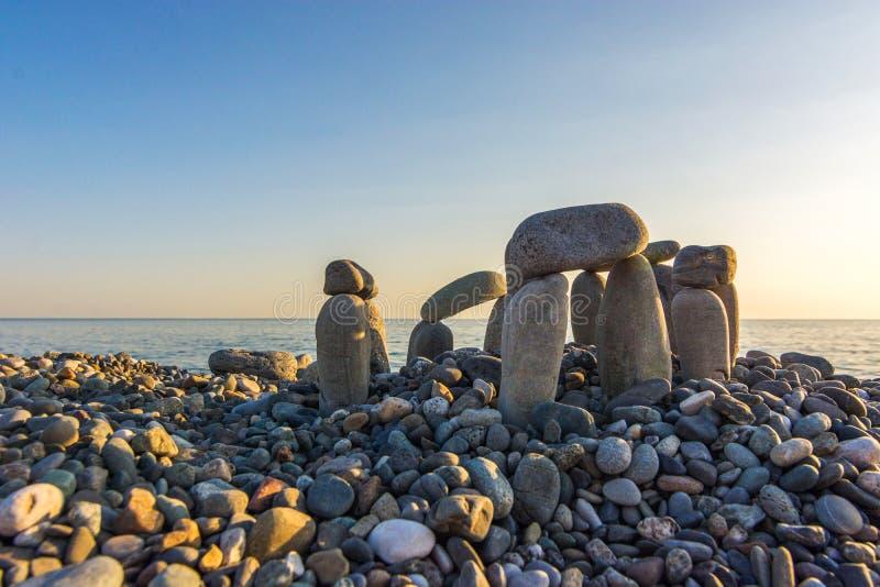 在日落的石海滩 图库摄影