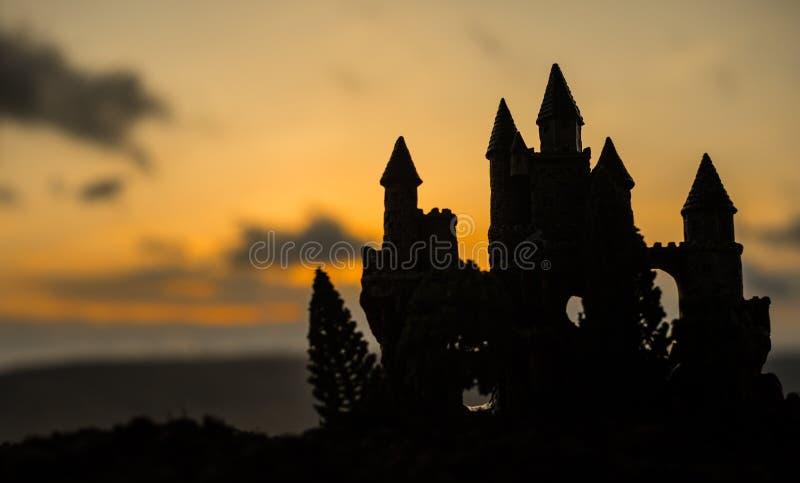 在日落的神奇中世纪城堡 被放弃的哥特式样式老城堡晚上 库存图片