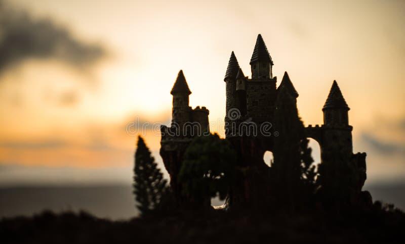 在日落的神奇中世纪城堡 被放弃的哥特式样式老城堡晚上 免版税库存图片