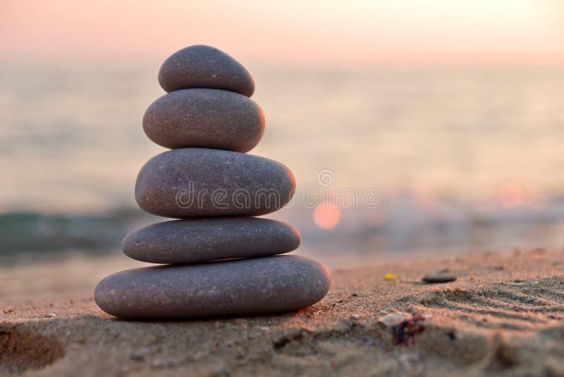 在日落的禅宗石头 免版税库存照片