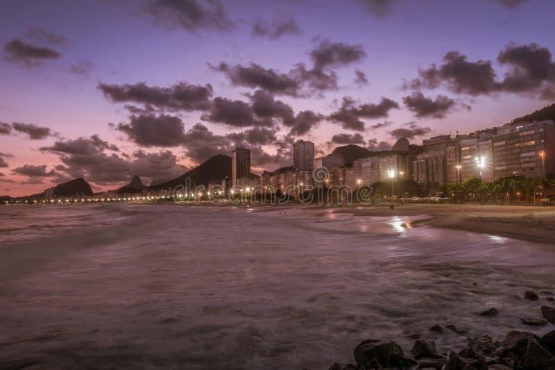在日落的科帕卡瓦纳海滩在里约热内卢,巴西巴西 免版税库存照片