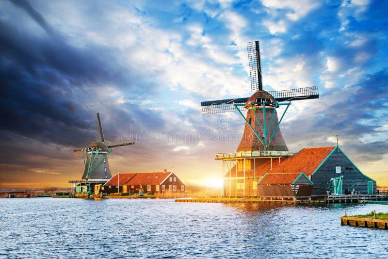 在日落的积云在荷兰风车在鹿特丹 Neth 库存图片