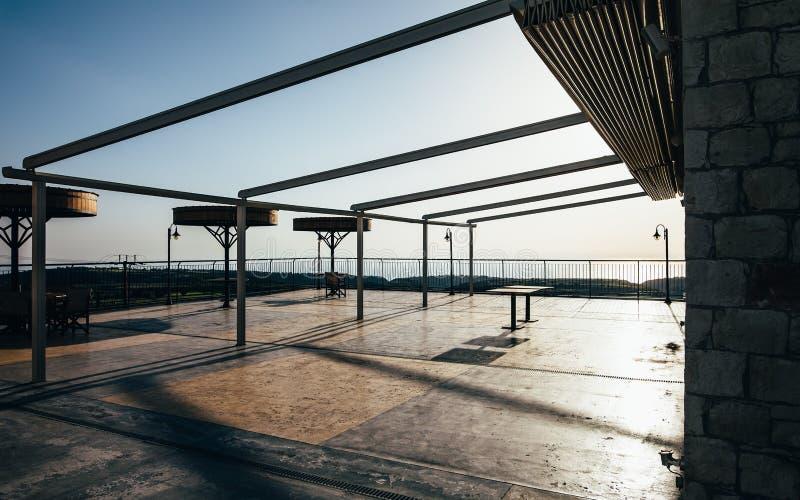 在日落的空的大阳台 免版税库存照片
