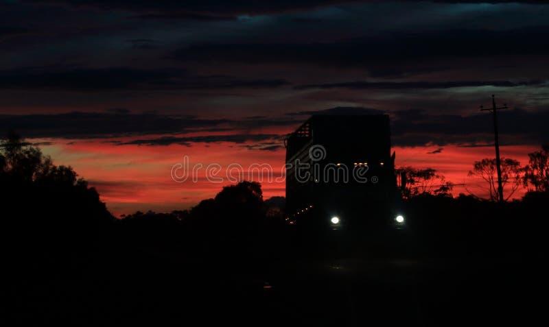 在日落的空的牛拉车 免版税图库摄影