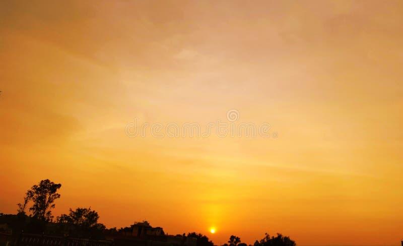 在日落的美丽的橙色云彩 免版税库存照片