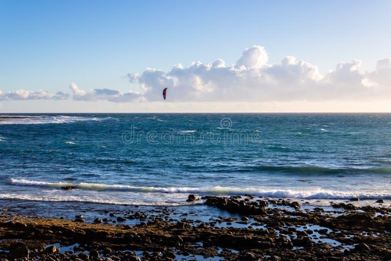 在日落的美丽的海滩与在背景的kitesurf,加那利群岛,特内里费岛,西班牙-图象 免版税库存照片