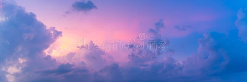 在日落的美丽的淡色色的Cloudscape 库存照片