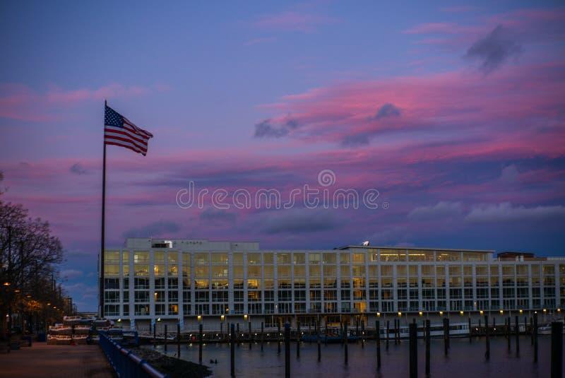 在日落的美国旗子在哈得逊河在新泽西 库存图片