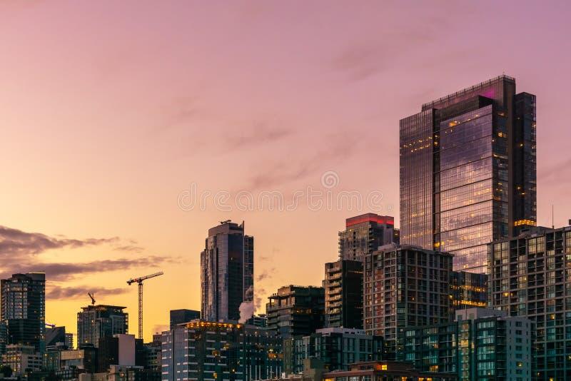 在日落的美好和五颜六色的西雅图地平线 免版税图库摄影
