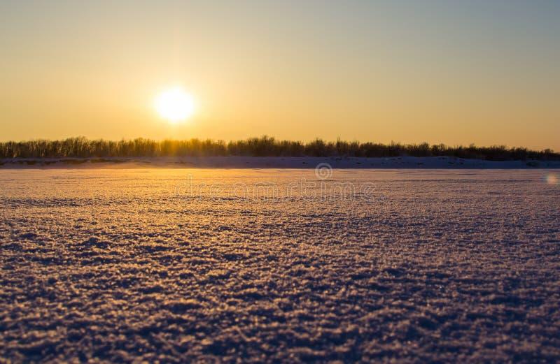 在日落的美好的冬天风景 免版税库存照片