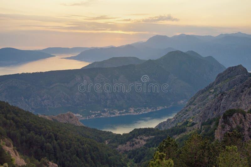 在日落的美好的山风景 黑山,科托尔湾看法  免版税库存照片