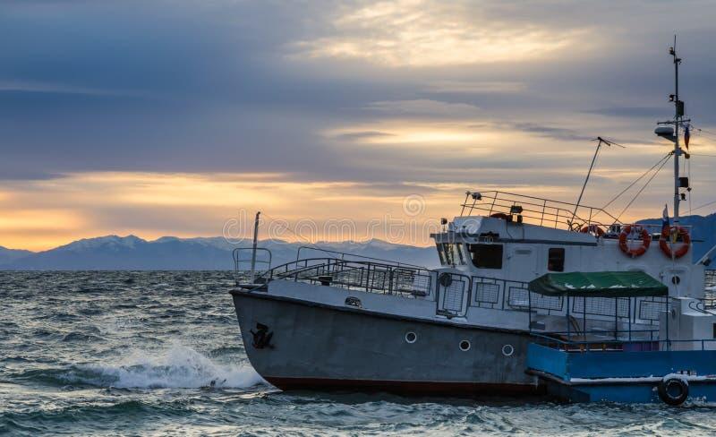 在日落的老船, Listvyanka,贝加尔湖 库存图片