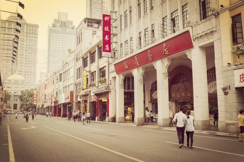 在日落的老购物街道,都市城市街道广州北京街在中国 免版税库存图片