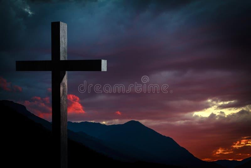 在日落的耶稣基督十字架 库存照片