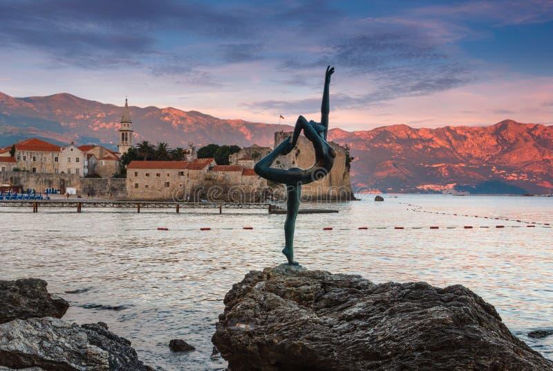 在日落的舞女雕象 黑山 亚得里亚海 库存图片