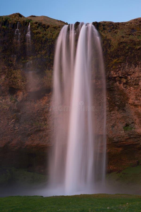在日落的著名冰岛瀑布seljalandsfoss 免版税图库摄影