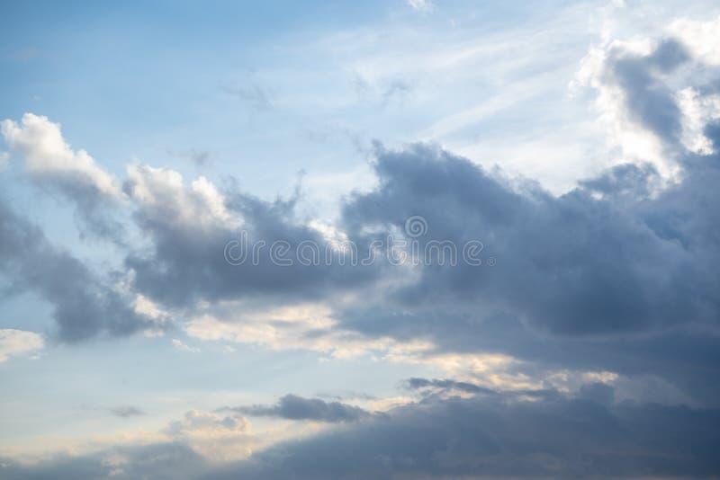 在日落的蓬松蓝色cloudscape 免版税图库摄影