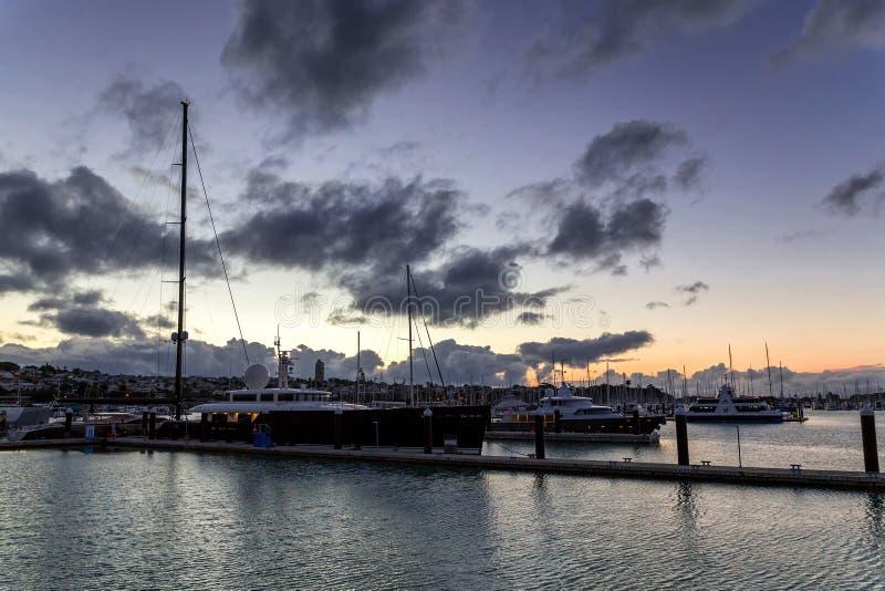 在日落的豪华游艇在奥克兰` s怀有 免版税库存图片