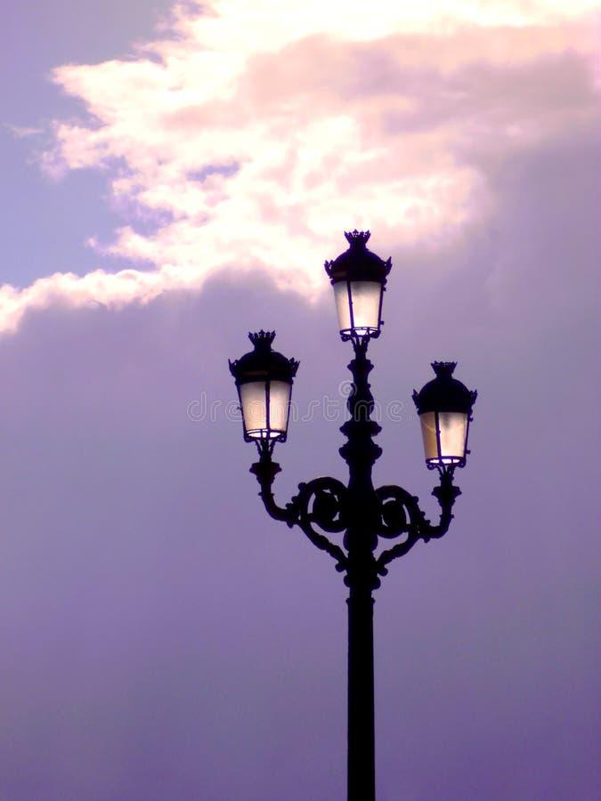 在日落的路灯柱在卡迪士 安大路西亚 西班牙 免版税库存照片