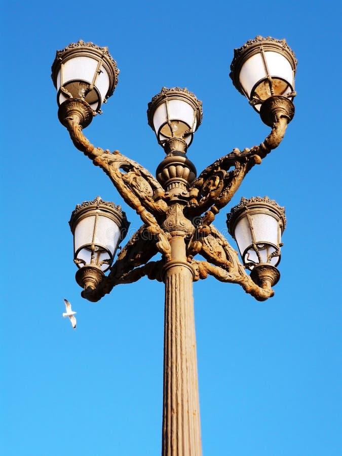 在日落的路灯柱在卡迪士 安大路西亚 西班牙 免版税库存图片
