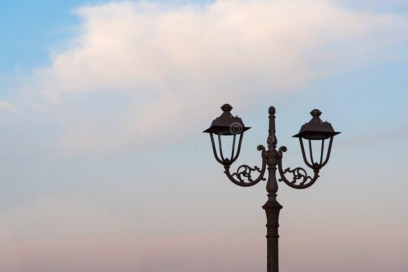 在日落的路灯柱 免版税图库摄影
