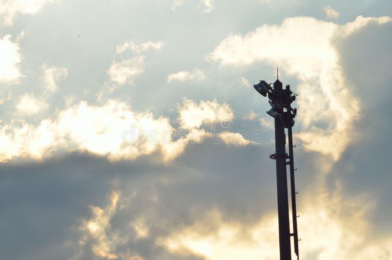 在日落的轻和电杆 库存图片