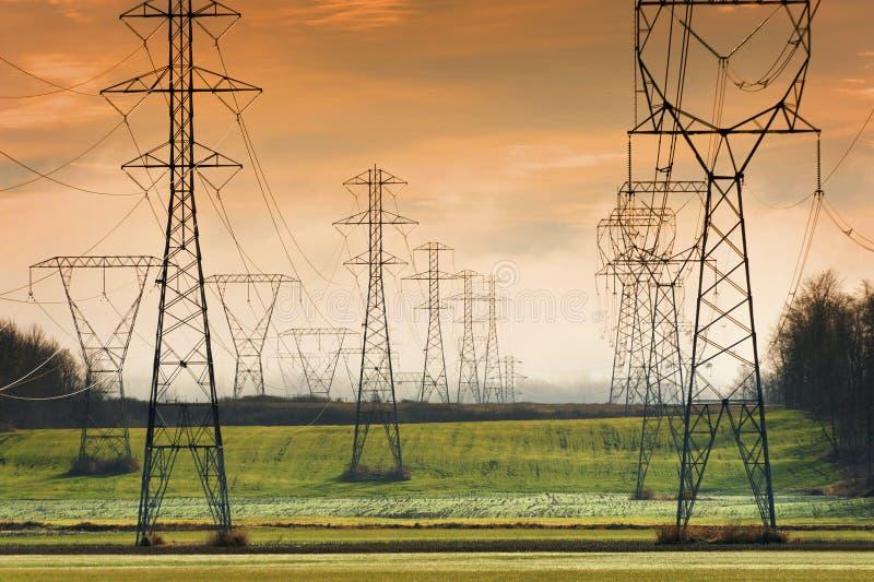 在日落的输电线 免版税图库摄影