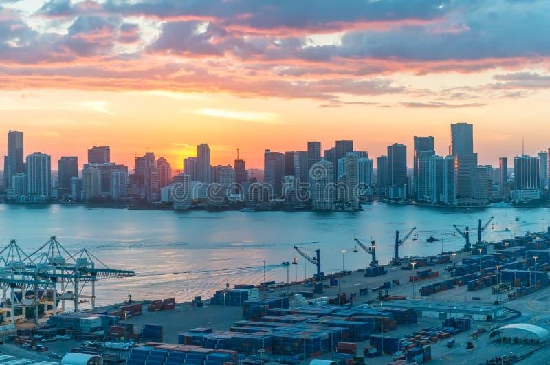 在日落的迈阿密海岸如被看见从直升机 库存图片
