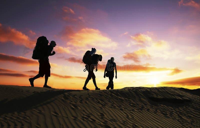 在日落的远足 免版税库存图片