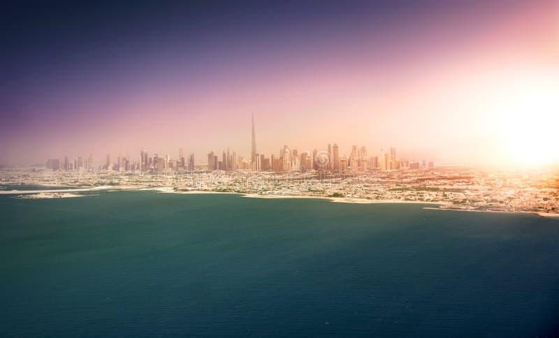 在日落的迪拜海岸线 库存图片
