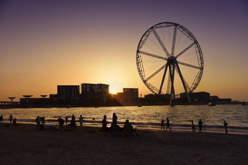 在日落的迪拜轮子 库存图片
